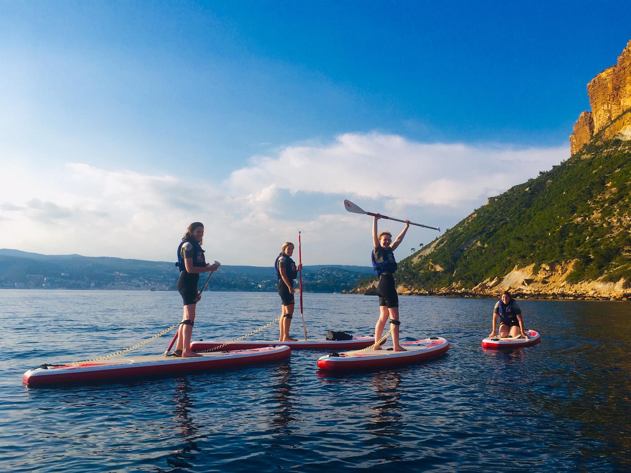 """alt=""""découvrez le cap canaille et les falaises soubeyranes en stand up paddle lors des sorties en coucher de soleil sur cassis"""""""